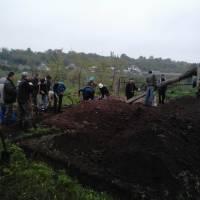 Громада села під час заливки фундаменту церкви