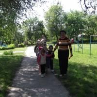 Завідуюча Пікуза Л.І. на прогулянці з дітлахами