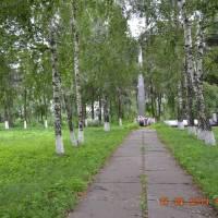 обеліск слави та братська могила в сільському парку
