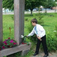 покладання квітів до Обеліску слави