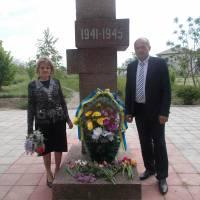 депутат  районної  ради  Г.Бискуб  та  сільський  голова  О.Кондратенко  біля  обеліска  Слави