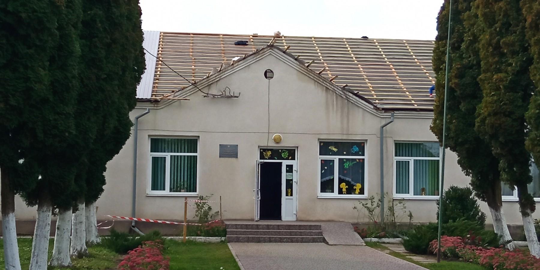 У селі Полтва тривають роботи з капітального ремонту покрівлі даху школи