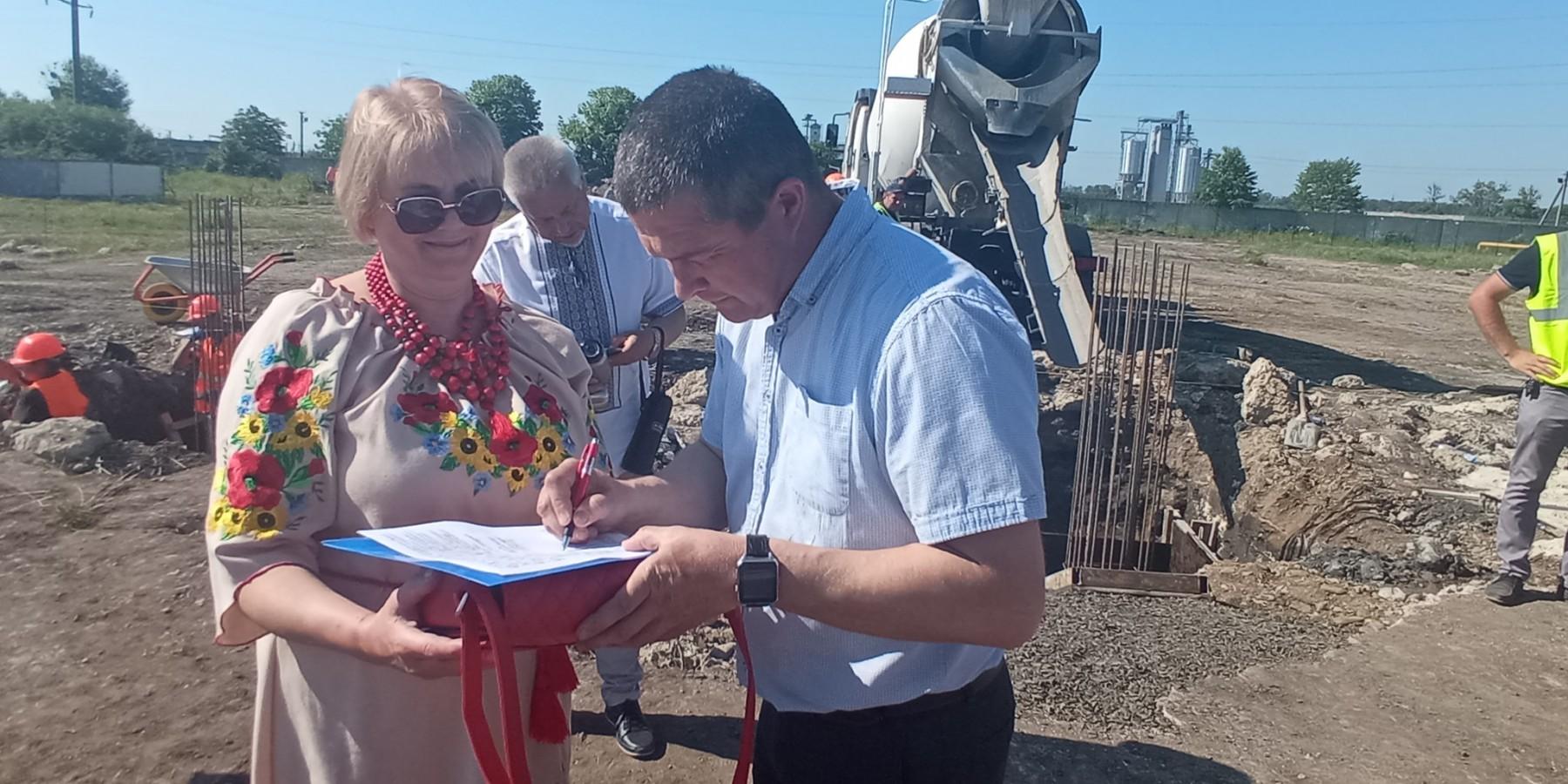 Селищний голова Роман Фурда у селі Утішків взяв участь в закладанні капсули під будівництво в Україні першого кооперативного молокозаводу