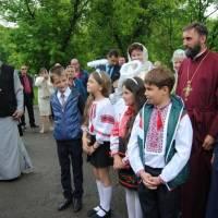 А тут праворуч, у синьому підряснику - господар храмового свята, протоієрей Мостівської Свято-Миколаївської церкви Микола Михалко.