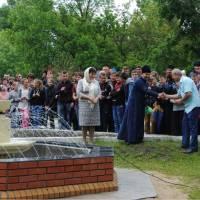 Тут батюшка дякує за сприяння Н.В. Бабанській та спонсору всього, що відбувається в Мостовому – голові місцевого сільськогосподарського ЗАТ «Україна»