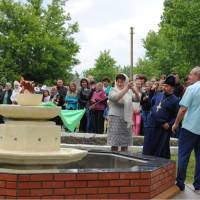 Це саме отець Микола тривалий час мріяв про сільський фонтан, і от вона - його втілена мрія. Велике бажання, церковні пожертвування та робота запрошен