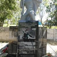 Пам'ятник воїнам - визволителям села в квітні 1944 р., та воїнам-односельцям, загиблим у роки Великої Вітчизняної війни. 1) Пам'ятник воїнам- визволит