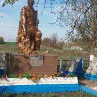 Братська могила 43 радянських воїнів, загиблих при звільненні села, та пам'ятник воїнам-односельцям, загиблим у роки Великої Вітчизняної війни. 1) Бра