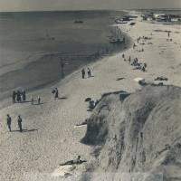 Пляж курорта Бурнас (Лебедівка). З однієї сторони море, з іншої озеро Бурнас. Фото 1935 року.