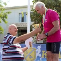 Голова Красносільської сільської ради М.П. Майдебура вручає нагороди переможцям легкоатлетичних змагань
