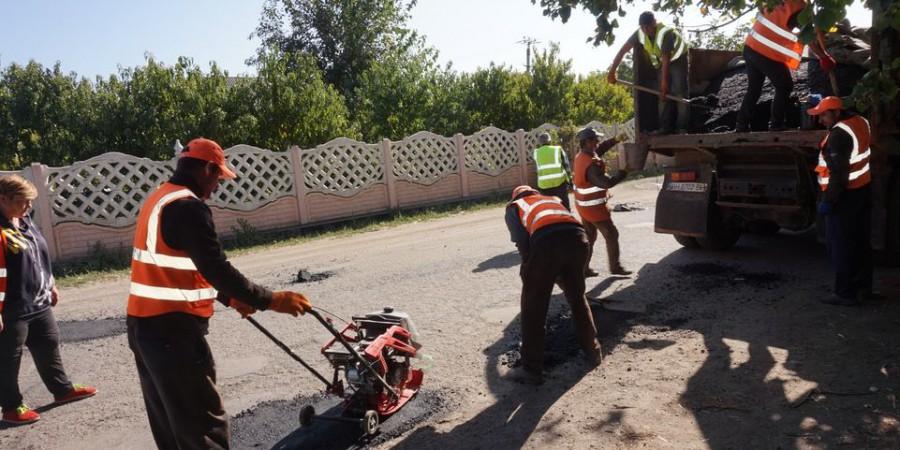 Працівниками КУ «Зеленбуд» продовжуються роботи з ямкового ремонту доріг в Любашівській ОТГ.