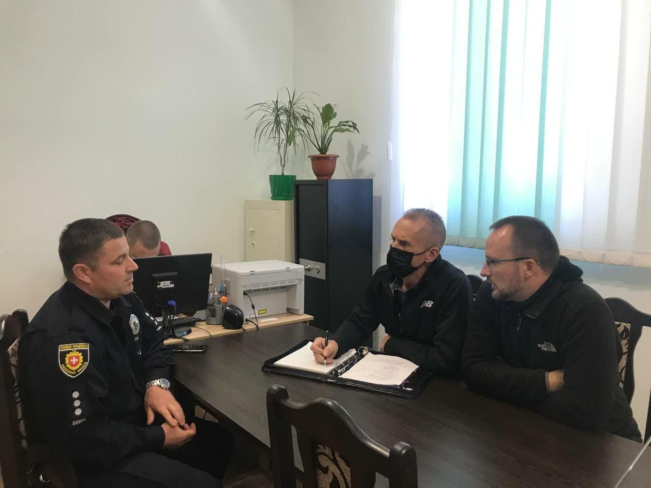Робоча зустріч представників ІСІТАР з поліцейським офіцером громади.