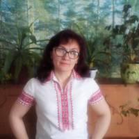 Зубчук Алла В'ячеславівна у вишиванці 1968 року, яка належить мамі Тичинюк (Пекарська) Раїсі Порфентіївні