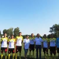 Вручення футбольної форми від ТОВ
