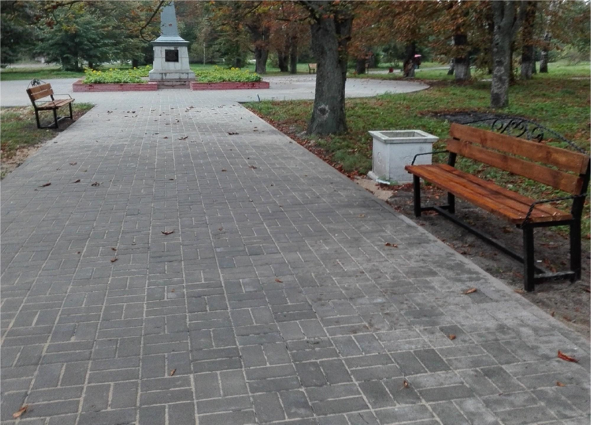 У Ямполі парк Партизанської слави прикрасили нові лави. Надовго?