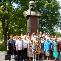 Члени клубу «Надія» біля пам`ятника Т. Г. Шевченка м. Кролевець