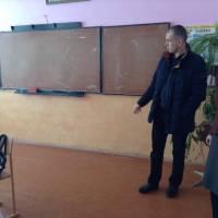 Директор Целіївської школи показує класні кімнати