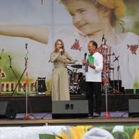 Ведучі свята Вишиванки О. Фреймут та Г. Драпак с. Васильківці 2012 р.