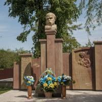 Пам'ятник  Т.Г. Шевченку. Просвітницький центр