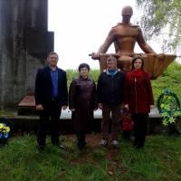 Привітання ветеранів з Перемогою та покладання квітів до пам'ятників .