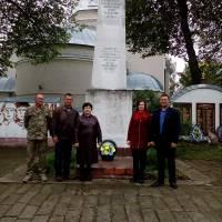 Покладення квітів до  пам'ятника воїнам-односельцям, полеглим у німецько-радянській війні с. Кошляки