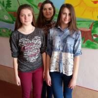 Діана Михайлів  , Марія Заверуха та вчитель української мови та літератури Ірина Михайлівна Павлюк (в центрі)