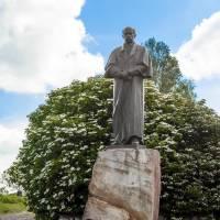 с.Байківці. Пам'ятник Тарасу Шевченку 2002 року скульптора О. Сонсядла.