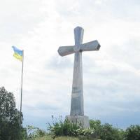 хрест при  вїзді в село