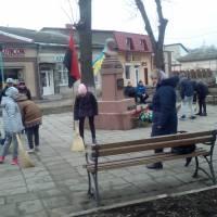 Прибирання площі в смт.Микулинці