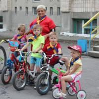 Найменші  велосипедисти готові до старту.