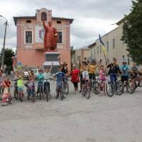 Біля пам'ятника Богдану Хмельницькому маленькі велосипедисти стартують назад.