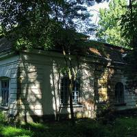 Колишній будинок челяді, який знаходиться в парку Голуховських
