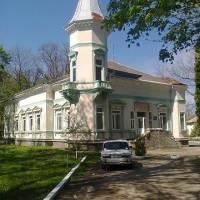 Селищна поліклініка - знаходиться в Флігелі, в якому в свій час проживав граф Голуховський