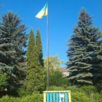 Державний прапор в центрі села