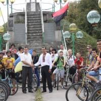 У селі Гуштин велосипедистів вітав біля могили січових стрільців староста села Слободян Петро Васильович.
