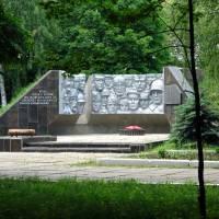 Скульптурний рельєф меморіалу братської могили»  автора  Мацегора Г.П
