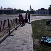 новий паркан і тротуарна плитка біля з/д переїзду