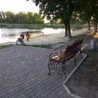 Парк біля ставку