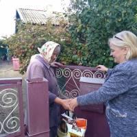 Вручення подарунків до Дня громадян похилого віку