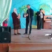 Сільський голова Кільдеров О.В. вітає Філімонову Г.А. та нагороджує з нагоди всесвітнього Дня бібліотекаря