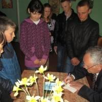 Кулик В  П. Дає автографи