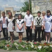 школярі принесли гирлянду з квітів до памятника загиблим воїнам