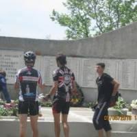 представники велопробігу покладають квіти