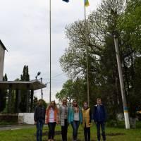 Урочисте підняття прапорів України та Євросоюзу перед Сатанівською селищною радою