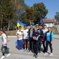 Учасники естафети біля Сатанівської школи