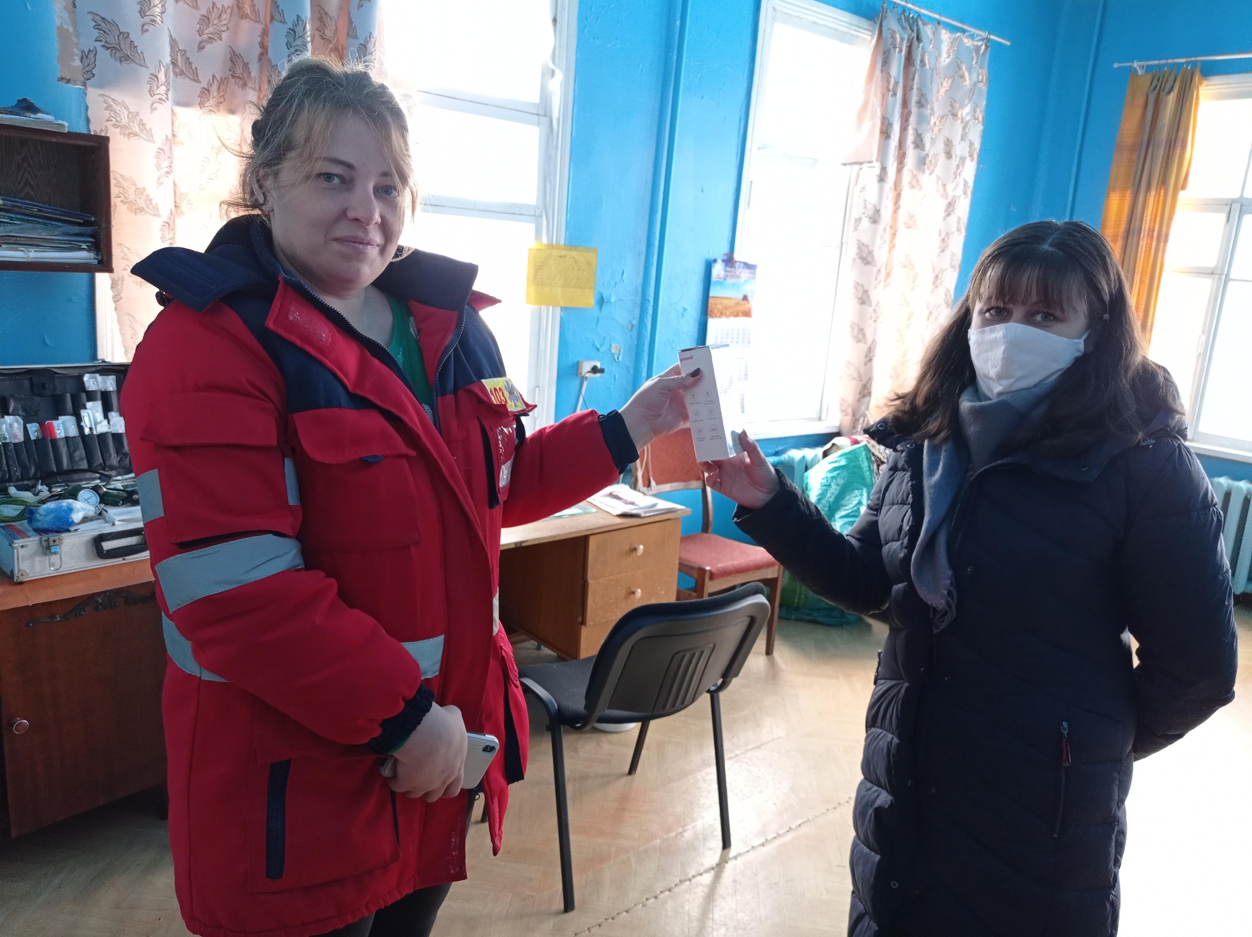 До пункту швидкої допомоги секретарем селищної ради від Добрянської селищної ради був переданий безконтактний термометр для швидкого вимірювання температури тіла