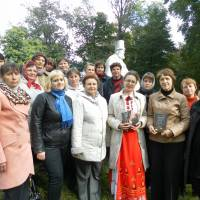 Писменниця Олена Печорна (в центрі)