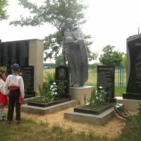 памятник в с. Левковичі (2)