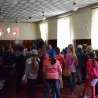 Перегляд дітлахами мультфільму перед виставою лялькового театру