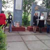 Учні Количівської ЗОШ біля Обеліску